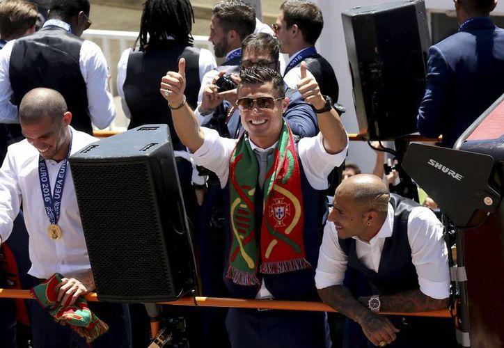 El aeropuerto de Madeira, en Portugal, se llamará Cristiano Ronaldo. En la foto, el jugador de fútbol de la Selección lusa y del Real Madrid (c) celebra con su equipo en Lisboa la obtención de la Eurocopa 2016. (EFE/Archivo)