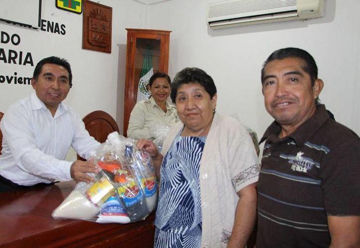 El alcalde durante la entrega de los apoyos. (Raúl Balam/SIPSE)