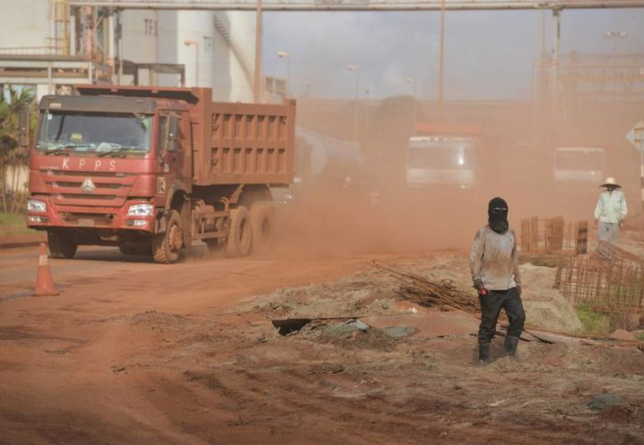 Empleados fallecen en el derrumbe de una mina subterránea de carbón en la provincia de Shaanxi, China. Imagen de un camión mientras traslada el producto extraído de una mina en Asia. (Archivo/AP)