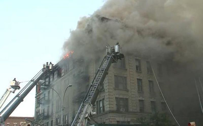 En vivo: bomberos batallan contra incendio en edificio de NY