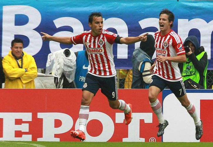 Omar Bravo (i) fue el héroe del clásico nacional, al anotar dos goles y darle a las Chivas la victoria ante su 'odiado' rival, América. El histórico goleador rojiblanco marcó a los minutos 14 y 38. (Notimex)