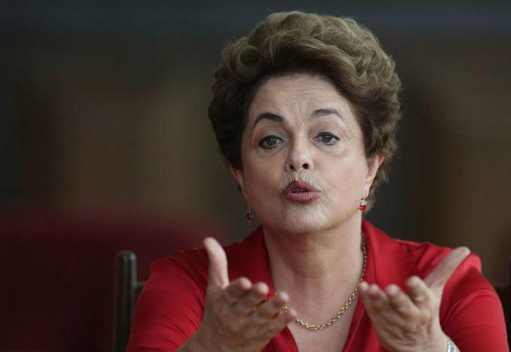 Dilma Rousseff está acusada de haber realizado gastos sin la aprobación del Congreso y de haber manipulado las cuentas del Gobierno. (AP/Eraldo Peres)