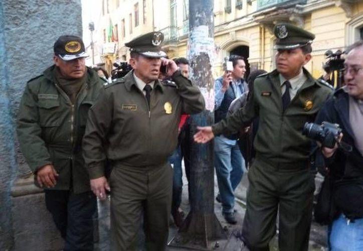 El comandante departamental de la Policía de La Paz, Edward Barrientos, llegó al lugar para evaluar la situación. (twitter.com/Natalia3_0)