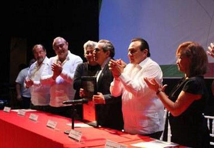 """El poeta Rubén Reyes al recibir el Premio """"Antonio Mediz Bolio"""", el pasado mes de septiembre. (Milenio Novedades)"""