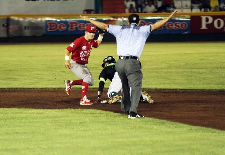Corey Wimberly se estafó la segunda base, en el partido entre Leones de Yucatán y Diablos Rojos del México. (Amílcar Rodriguez/Milenio Novedades)