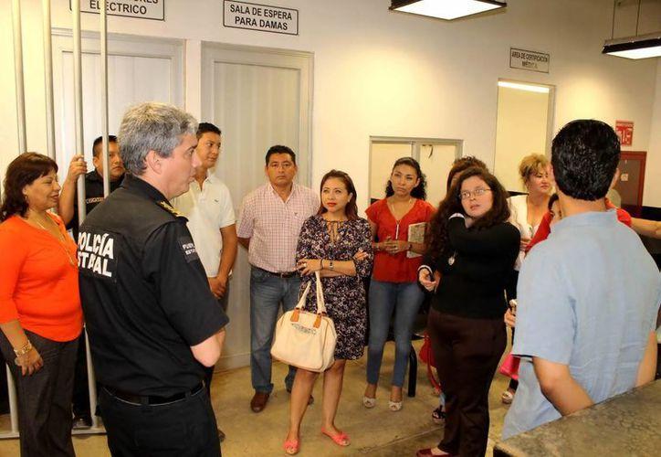 Alumnos de la Maestría en Derechos Humanos, de la U. Marista en las instalaciones de la SSP. (Milenio Novedades)
