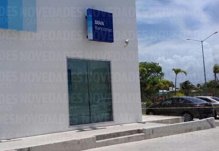 Las autoridades policíacas se trasladaron a la sucursal bancaria. (Redacción/ SIPSE)
