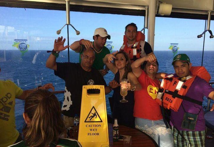 Esta es una de las fotos que aparecen en la página de Twitter de Jorge López Amores (atrás, con un salvavidas puesto), donde muestra su viaje a Brasil. (Twitter)