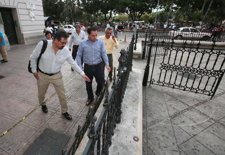 El alcalde Mauricio Vila  Dosal, supervisa el inicio de la instalación del nuevo enverjado en el atrio de la Catedral, que durante 10 años no tuvo atención.  (Foto cortesía del Ayuntamiento)