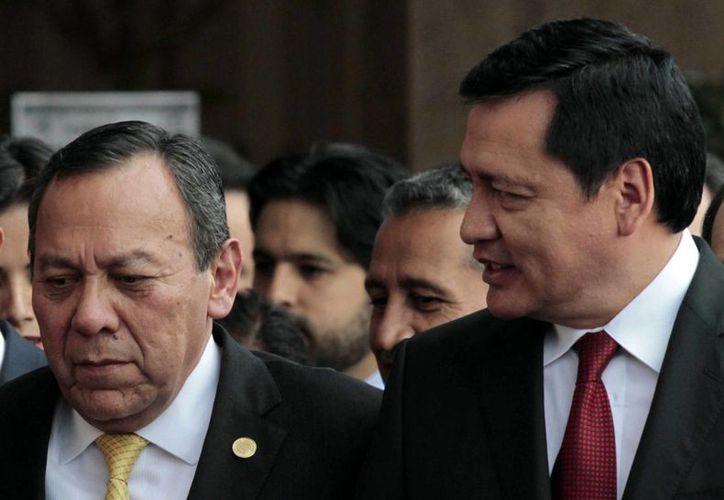 El secretario de Gobernación entregó el Tercer Informe de Gobierno de Peña Nieto al presidente del Congreso, Jesús Zambrano. (Notimex)