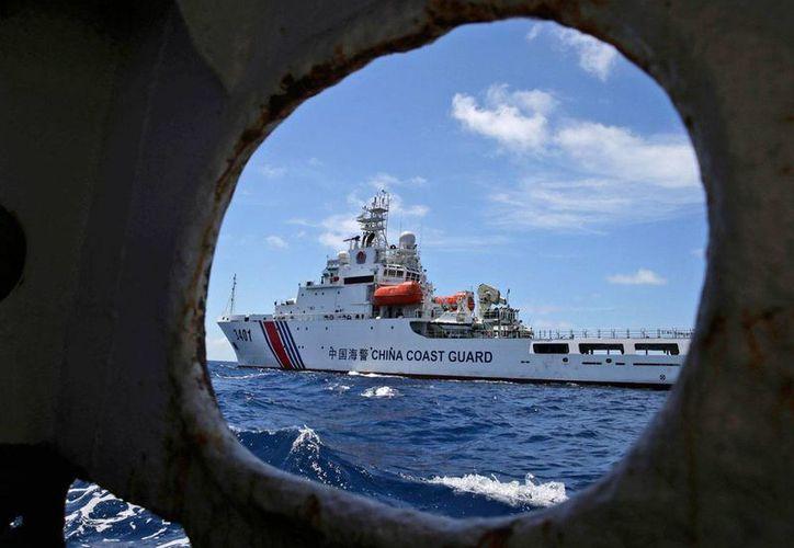 Imagen del 29 de marzo de 2014 de un Guardacostas chino, visto desde un buque de Filipinas, en el Mar del Sur de China. (Archivo AP/Bullit Marquez)