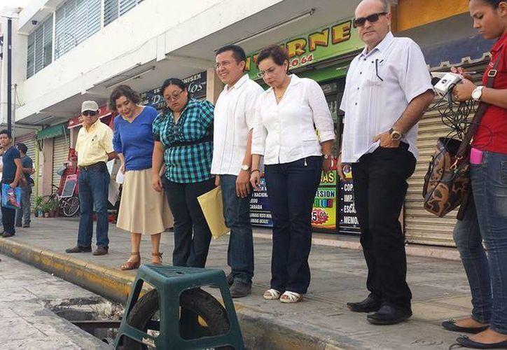 El recorrido que realizaron regidores panistas por las obras del Centro Histórico de Mérida. (Cortesía)
