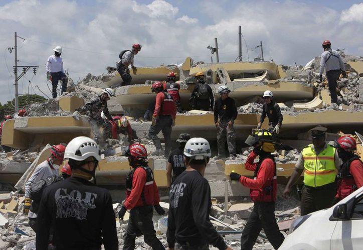 La búsqueda de personas desaparecidas bajo los escombros tras el sismo en Ecuador es ahora contra la marcha del reloj. (AP)