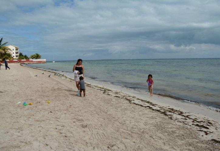 Ante la escasa afluencia de bañistas, los pocos visitantes dijeron que disfrutaron más de los arenales. (Victoria González/SIPSE)