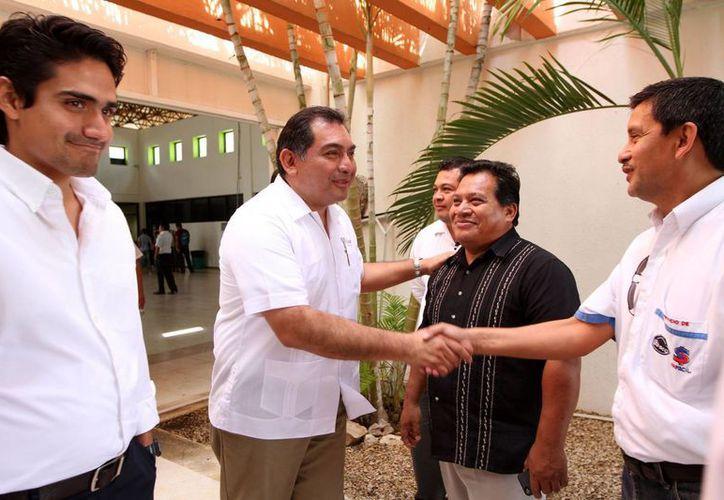 El secretario de Gobierno, Víctor Caballero Durán, saluda a uno de los líderes religiosos que participan en la conferencia. (Cortesía)