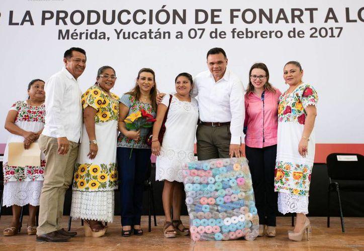 El Gobierno del Estado y Fonart distribuyen apoyos por más de un millón de pesos para artesanos yucatecos. No sólo se busca que los artesanos produzcan, sino también que vendan, declaró el Gobernador. (Foto cortesía del Gobierno)