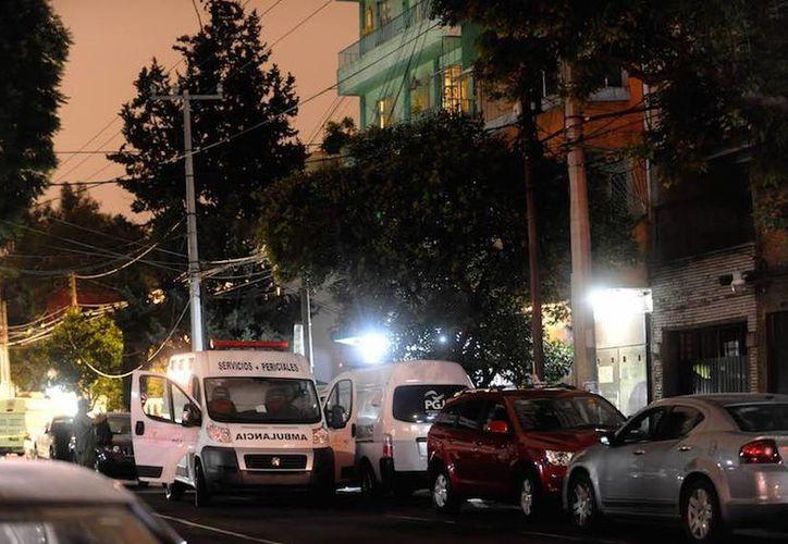 Imagen de archivo del momento en que las autoridades se encontraban en el departamento de la Narvarte, lugar donde ocurrieron los asesinatos. (diariodf.mx)