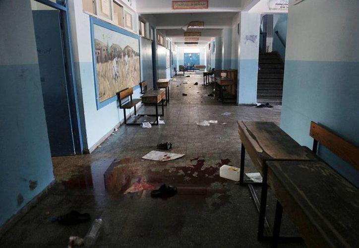 Aspecto del interior de la escuela de la ONU que hoy fue atacada por el Ejército de Israel. En otro hecho, al menos 3 trabajadores humanitarios murieron por los ataques hebreos en la Franja de Gaza. (AP)