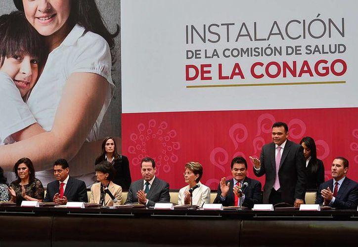 El gobernador de Yucatán, Rolando Zapata Bello (de pie), durante la reunión de la Conago, en Toluca, Estado de México. (Cortesía)