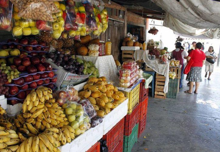 Hasta el momento los productos de la canasta básica no han subido de precio debido a la alza del dólar. Imagen de un mercado urbano. (Archivo/SIPSE)