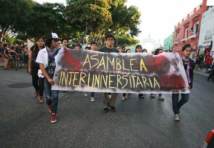 La marcha en demanda de justicia por los normalistas desaparecidos inicia en el parque de San Juan, en el centro de Mérida. (Jorge Sosa/SIPSE)