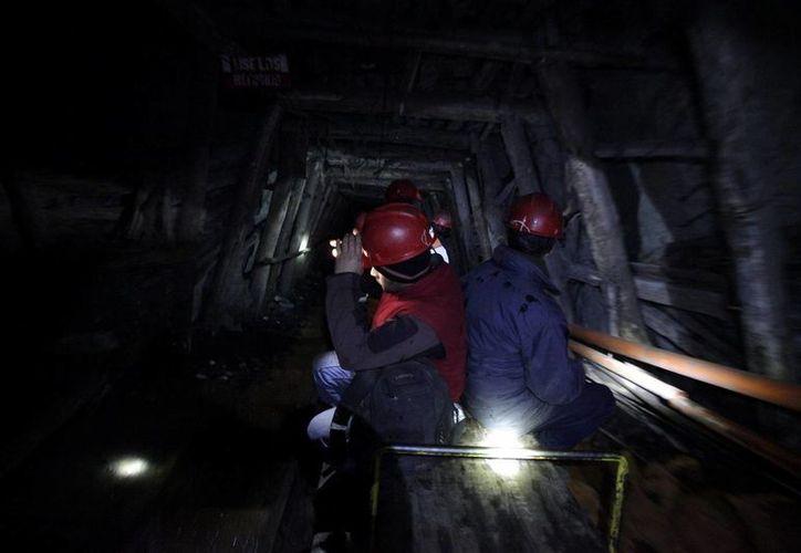 Un grupo de mineros hacen huelga al interior de la mina de carbón Santa Ana en la localidad de Curanilahue, ciudad ubicada a 607 kilómetros al sur de Santiago. (EFE)