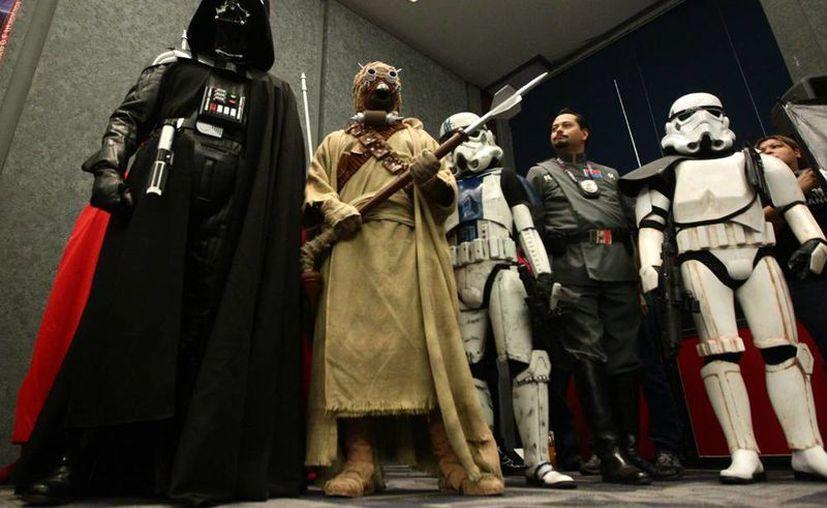 <i>Star Wars</i> vuelve a Marvel con nuevos cómics a principios de 2015.  En la imagen, fanáticos disfrazados de personajes de <i>La Guerra de las Galaxias</i>. (Efe/Archivo)