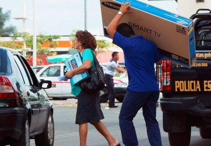 Los yucatecos madrugados para 'ganar' las ofertas de productos como pantallas planas. En general, los electrónicos fueron los artículos más buscados en el primer día de El Buen Fin. (SIPSE)
