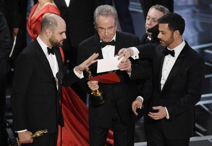 Momento en que los presentadores cometen el error más sonado en los Premios Oscar 2017.(Chris Pizzello/AP)