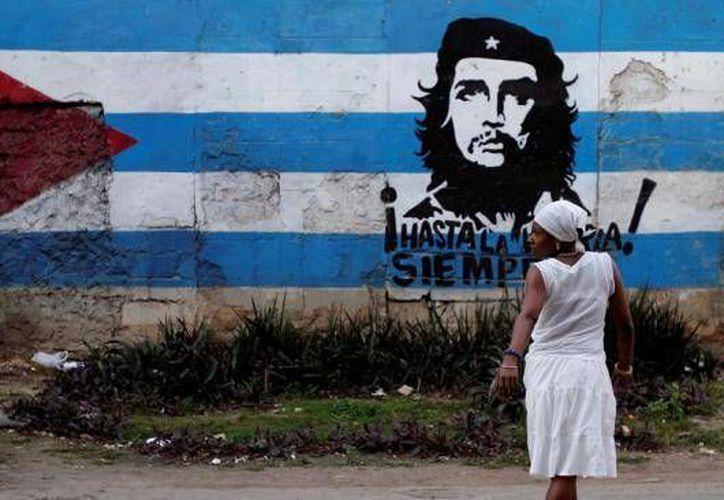 La reforma migratoria permite a los cubanos viajar libremente al extranjero, pero muchos no son candidatos o no obtienen visas para ir a Estados Unidos. (Archivo/AP)