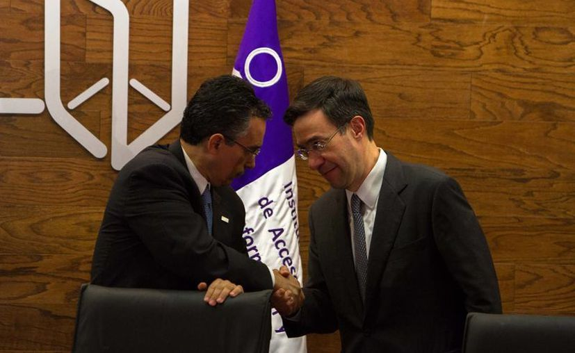 El comisionado Ángel Trinidad y el nuevo presidente del IFAI, Gerardo Laveaga, durante la toma de protesta del segundo. (Archivo/Notimex)
