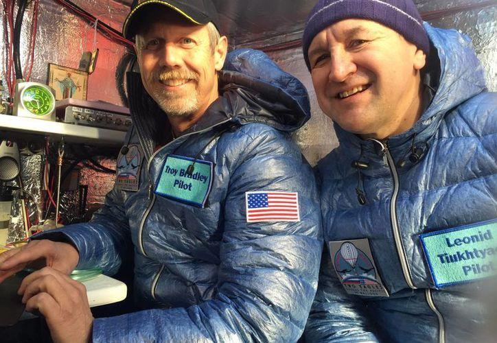 Imagen proporcionada por Tami Bradley-Two Eagles Balloon Team, muestra a los pilotos Troy Bradley, de Albuquerque, EU, (izq) y Leonid Tiukhtyaev, de Rusia, antes de despegar en un globo aerostático en Saga, Japón. (Agencias)