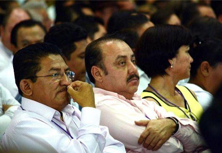 El alcalde Ambrosio Soto (centro) fue asesinado la noche de este sábado en San Lucas, municipio perteneciente al estado de Michoacán. (Imagen tomada de www.gacetamexicana.com)