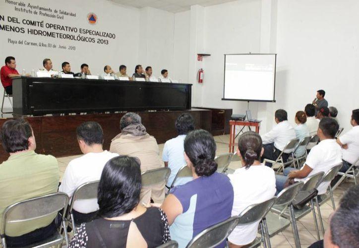Las autoridades durante la reunión en el Ayuntamiento. (Adrián Barreto/SIPSE)