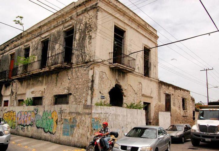 Este edificio de la calle 65 con 44 del centro de Mérida se encuentra en malas condiciones. (Wilbert Argüelles/SIPSE)