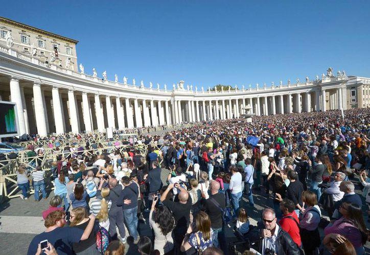 Aspecto de la Plaza de San Pedro este domingo 2 de noviembre, durante el discurso pronunciado por el Papa Francisco. (EFE)