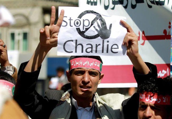 Una persona protesta en Yemen por la última publicación del semanario satírico francés Charlie Hebdo, que incluye una viñeta del profeta Mahoma en su portada. (EFE)