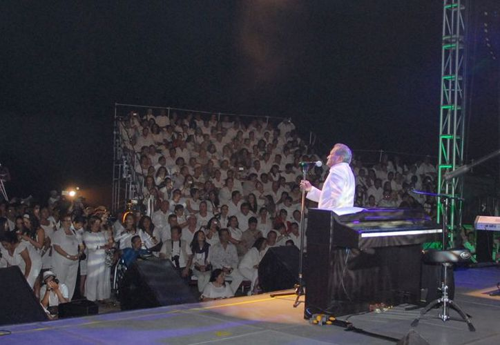 """Armando Manzanero llenó de emotivos momentos el escenario con melodías como """"Por debajo de la mesa"""", """"No"""" y """"Somos novios"""", entre otras. (Lanrry Parra/SIPSE)"""