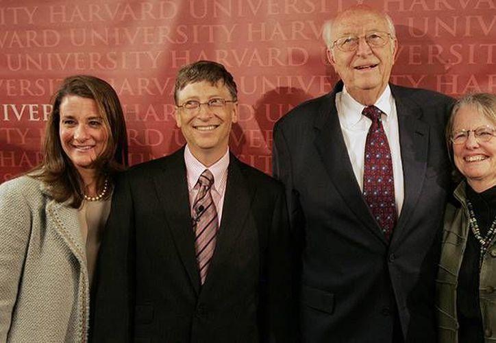 Bill Gates, presidente de Microsoft, posa para una fotografía con su esposa, Melinda, su padre y su madrastra en la Universidad de Harvard en Cambridge, Massachusetts. (Archivo/Reuters)