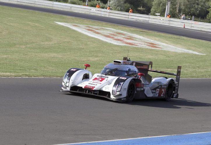 El equipo Audi tuvo a los franceses Andre Lotterer, Marcel Fassler y Benoit Treluyer al volante. (EFE)