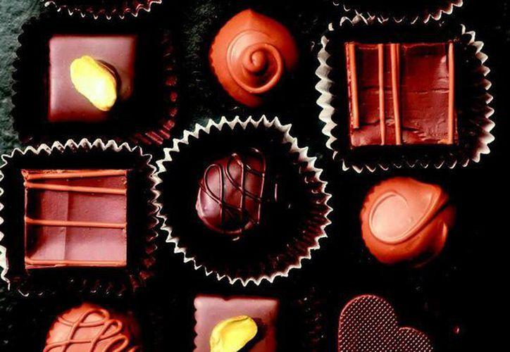 Los beneficios para la salud del chocolate negro pueden acentuarse si se combina su ingesta con la de alimentos prebióticos (carbohidratos que se encuentran en el ajo, por ejemplo) o de fruta. (EFE/Archivo)