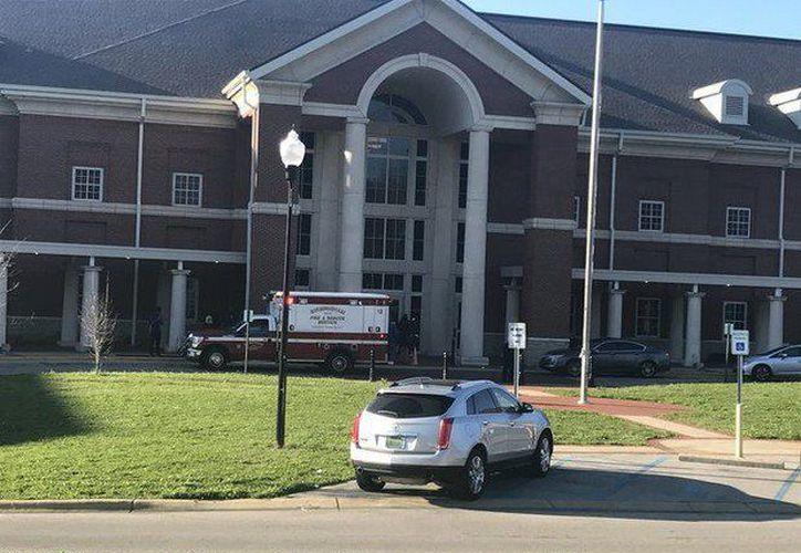 Las autoridades continúan con las investigaciones en la escuela. (AP)
