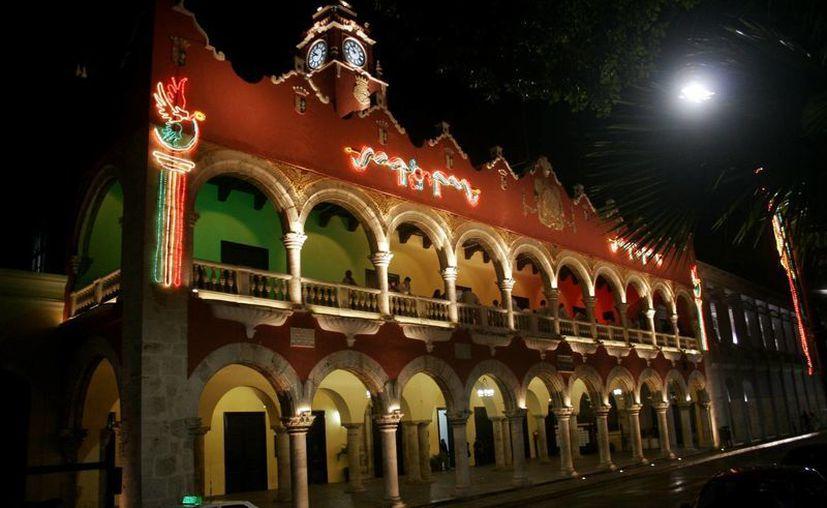 El Palacio Municipal en Mérida ya presenta iluminación con motivo de las Fiestas Patrias. (Christian Ayala/SIPSE)