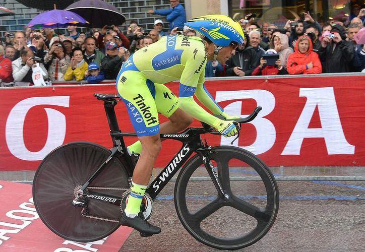 Alberto Contador se repuso de una caída en la etapa anterior que le costó el suéter rosa. (Foto: AP)
