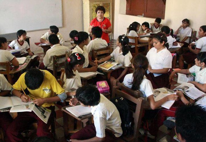 La SEP dio a conocer el número de plazas y el sueldo que ganan los docentes del país. En la imagen una maestra mientras da clases en un salón. (Archivo/SIPSE)