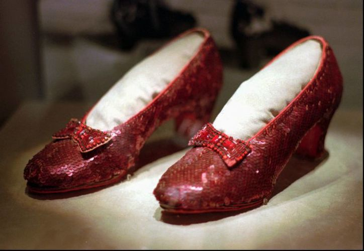 Un donador ofrece una recompensa de un millón de dólares por recuperar el par de zapatillas rojas de lentejuelas de Judy Garland. (AP)