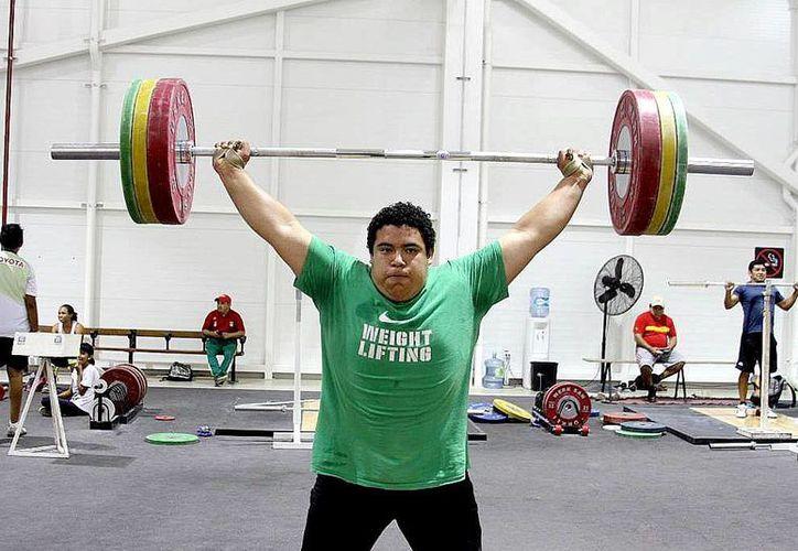 El joven progreseño Josué Medina Andueza es campeón mundial juvenil en +94 kilogramos en levantamiento de pesas. (SIPSE)