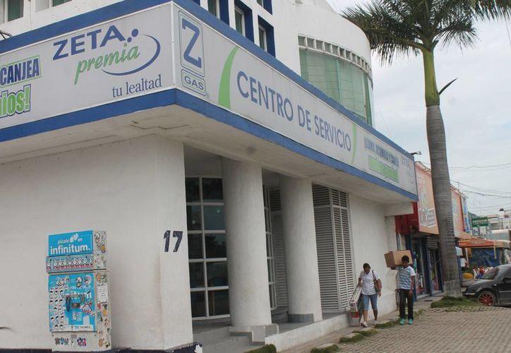"""Prohibieron la venta de entre 10 a 20 cilindros de los camiones repartidores de las empresas """"Z Gas"""" y """"Tomza"""" por no poseer el pesaje exacto en la venta del producto. (Hugo Zúñiga/SIPSE)"""