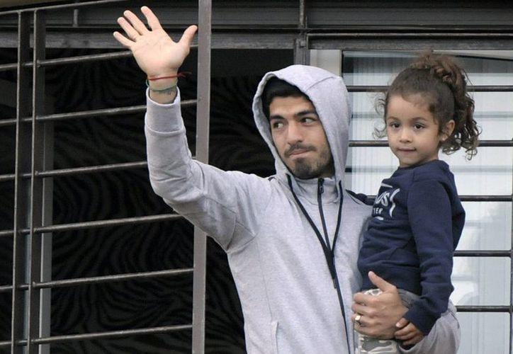 Luis Suárez llegó el día de ayer a Uruguay y ya descansa con su familia. (AP)
