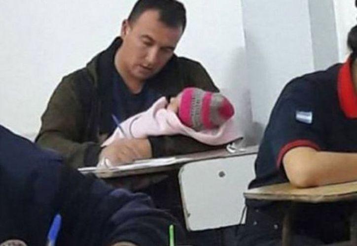 Hugo Vezzi llevó a su bebé a su examen final para ser bombero. (Foto: Internet)